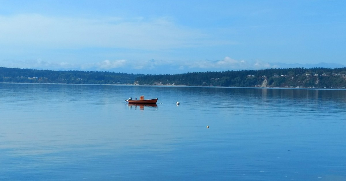 The calm sea if perfect for fishing at Cama Beach HSP.