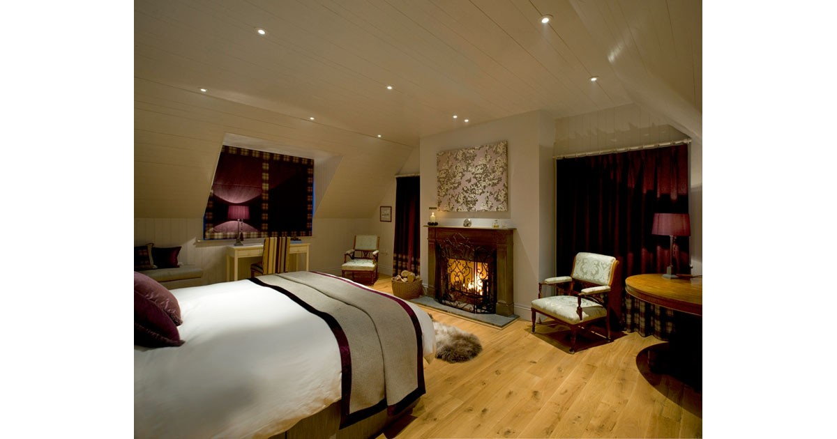An Cos Shieldaig Vacation House - Master Suite at Night
